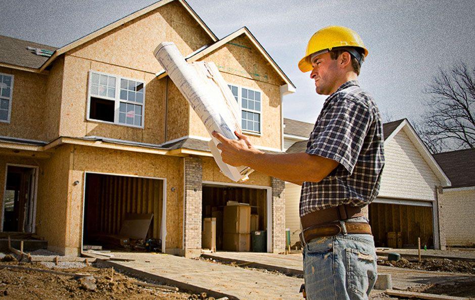 человек строит дом